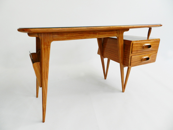 Special small desk in lemon wood