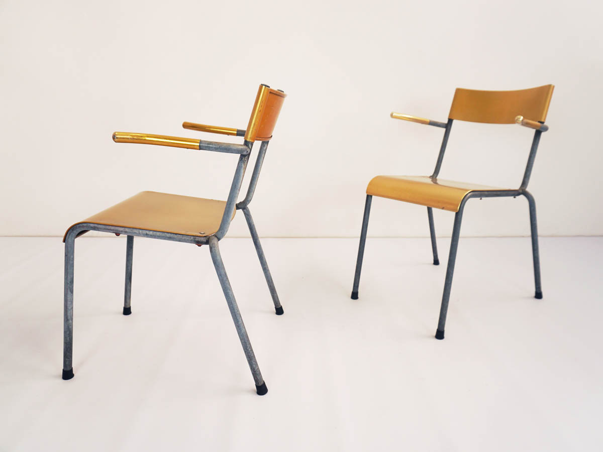 2 stackable chairs in yellow aluminum