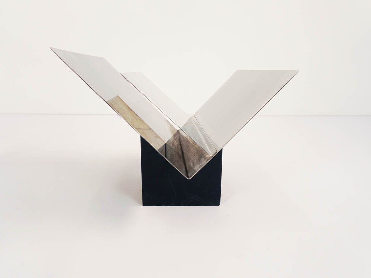 Sculptural magazine holder