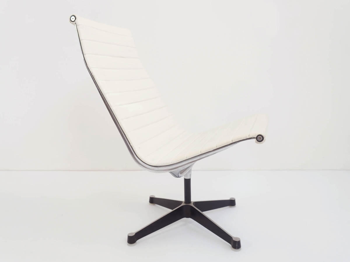 Swivel White Vinyl Lounge Chair mod.EA116