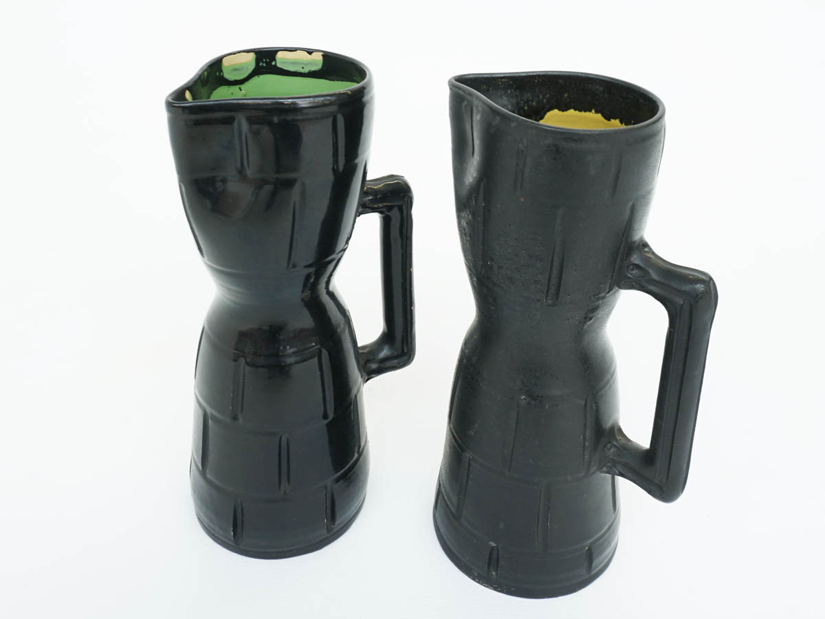 Paar schwarze Keramikkrüge
